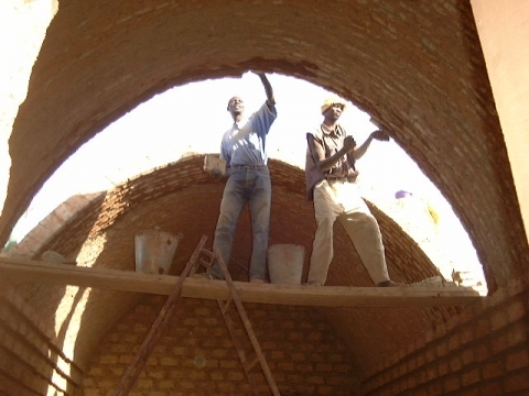 Building modified nubian vaults from both ends of a room
